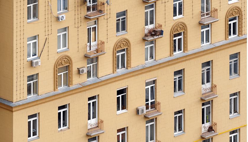 osteklenie-balkonov-v-stalinskikh-domakh